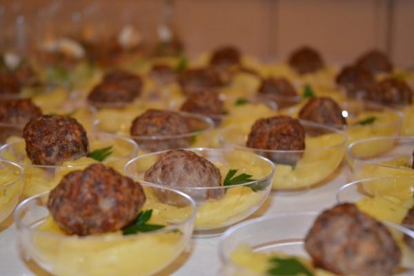Hackbällchen auf Kartoffelsalat