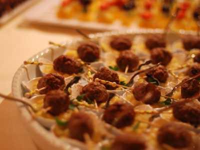 Kaltes Buffet Hackbällchen auf Kartoffelsalat