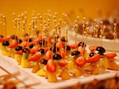 Kaltes Buffet Käsespieße mit Früchten