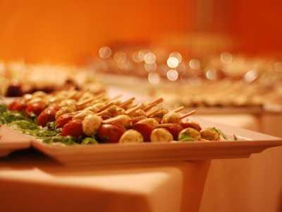Kaltes Buffet Tomaten-Mozzarella-Spieße mit feinem Pesto